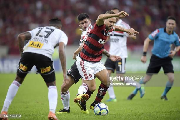 Diego of Flamengo struggles for the ball with Hudsonof Sao Paulo during the match between Flamengo and Sao Paulo as part of Brasileirao Series A 2018...