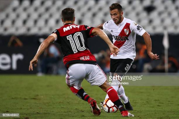 Diego of Flamengo struggles for the ball with Marcelo Saracchi of River Plate during a match between Flamengo and River Plate as part of Copa...