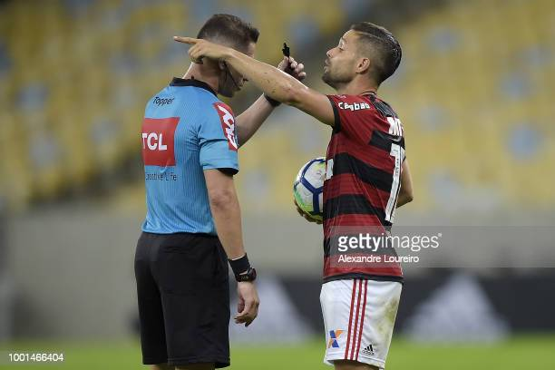 Diego of Flamengo talks with the referee Paulo Roberto Alves Junior during the match between Flamengo and Sao Paulo as part of Brasileirao Series A...