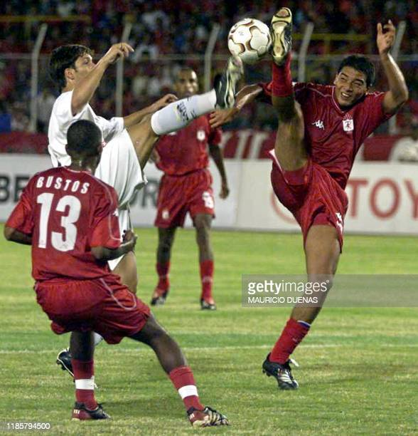 Diego of Santos from Brazil tries to avoid Ruben Busto and Pablo Navarro of the America from Cali Colombia 05 Febuary 2003 during a game of the Copa...
