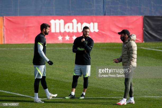 "Diego Pablo Simeone, head coach of Atletico de Madrid, talks to Diego Costa and Jorge Resurreccion ""Koke"" during the Atletico de Madrid training..."