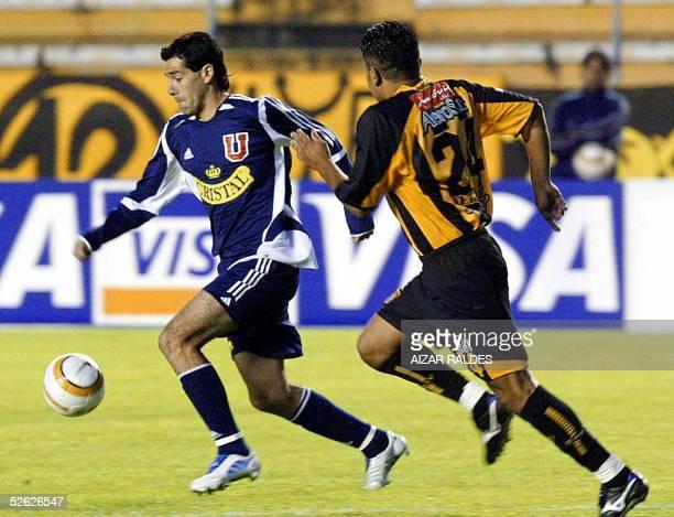 Diego Rivarola de la Universidad de Chile se lleva el balon ante la marca Adrian Fernandez de The Strongest de Bolivia el 13 de abril de 2005 en...