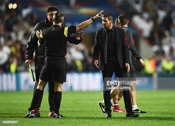Diego Simeone Coach of Club Atletico de Madrid and German Burgos assistant coach of Atletico de Madrid protest to referee Bjorn Kuipers during the...