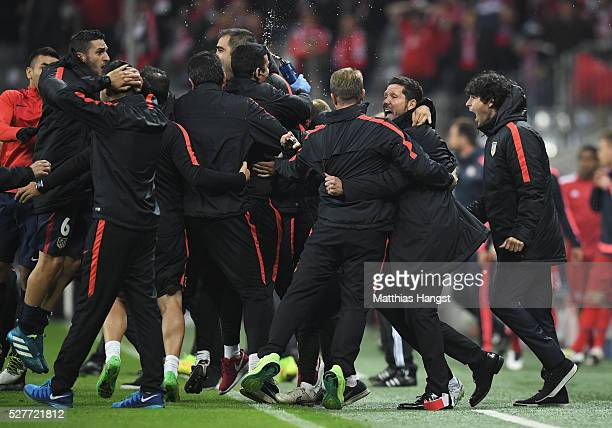 Diego Simeone head coach of Atletico Madrid celebrates with players and staff after the UEFA Champions League semi final second leg match between FC...