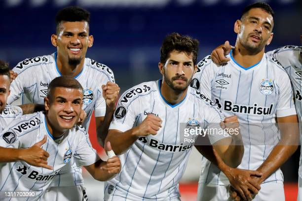 Diego Souza of Gremio celebrates with teammates after scoring his team's first goal during a third round first leg match between Independiente del...