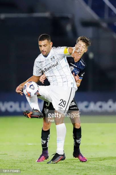 Diego Souza of Gremio fights for the ball with Richard Schunke of Independiente del Valle during a third round first leg match between Independiente...
