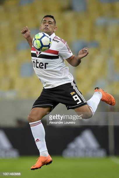 Diego Souza of Sao Paulo controls the ball during the match between Flamengo and Sao Paulo as part of Brasileirao Series A 2018 at Maracana Stadium...