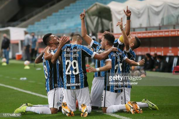 Diego Souza, Pepe and teammates of Gremio celebrate after the second goal of their team scored by Rodrigues during a Copa CONMEBOL Libertadores 2020...