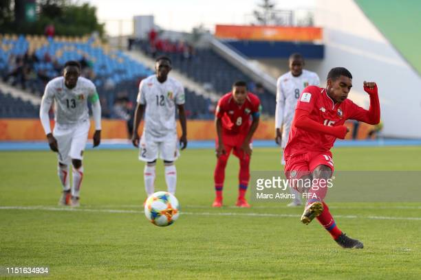 Diego Valanta of Panama scores a penalty for his team's first goal during the 2019 FIFA U20 World Cup group E match between Panama and Mali at...