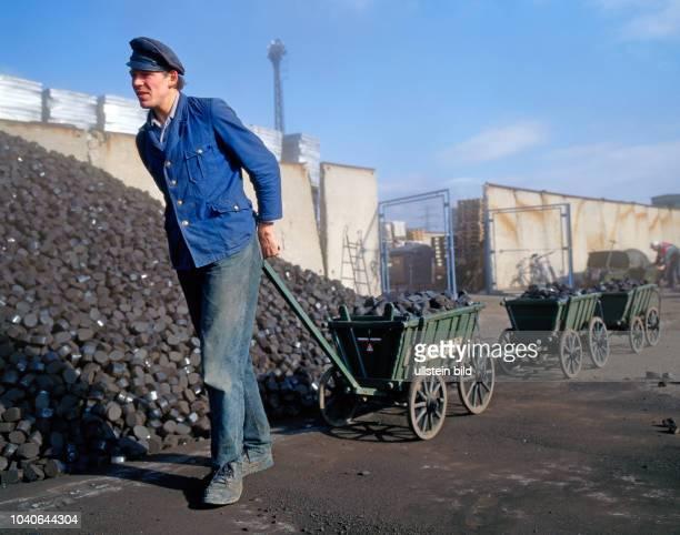 Dienstleister Thorsten S liefert mit seinem nostalgischen Handwagengespann Briketts vom Kohleladeplatz an private Haushalte aus