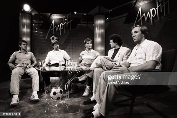 Dier erste Runde RTL Anpfiff mit: Pierre Littbarski, Andreas Möller, Uwe Kamps, Moderator Ulli Potofski und Günter Netzer.