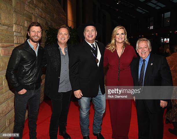 Dierks Bentley Steve Wariner Garth Brooks Trisha Yearwood and John Conlee attend The Country Music Hall of Fame 2015 Medallion Ceremony at the...