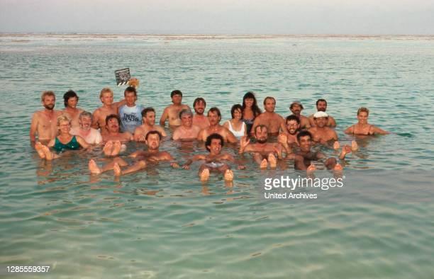 Diese Drombuschs, Fernsehserie, Deutschland 1983 - 1994, Dreharbeiten in Israel 1988, Darsteller und Crew im Toten Meer.