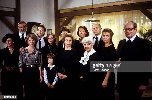 Diese Drombuschs ZDFSerie 3 Staffel Folgen 13 bis 21 DarstellerGruppenfoto vlnr vordere Reihe Frau Berning Tina Reibold Daniel Vera Drombusch Frau...