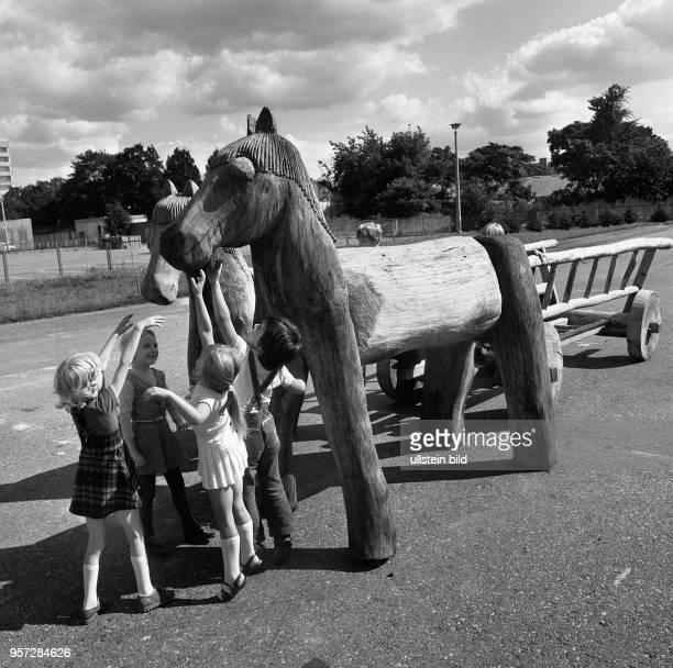 Diese Holzpferde auf denen Kinder spielen gehören zu den Ausstellungsstücken der VIII Kunstausstellung der DDR 1977 in Dresden Die Ausstellung fand...