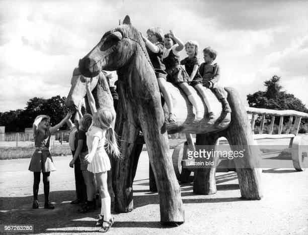 Diese Holzpferde auf denen Kinder spielen gehörten zu den Ausstellungsstücken der VIII Kunstausstellung der DDR 1977 in Dresden Die Ausstellung fand...