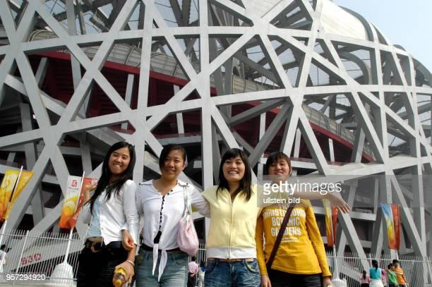 Diese jungen Chinesinnen freuen sich über die Erlebnisse im Olympiapark aufgenommen im Oktober 2008 Das Olympiagelände 'Olympic Green' liegt im...