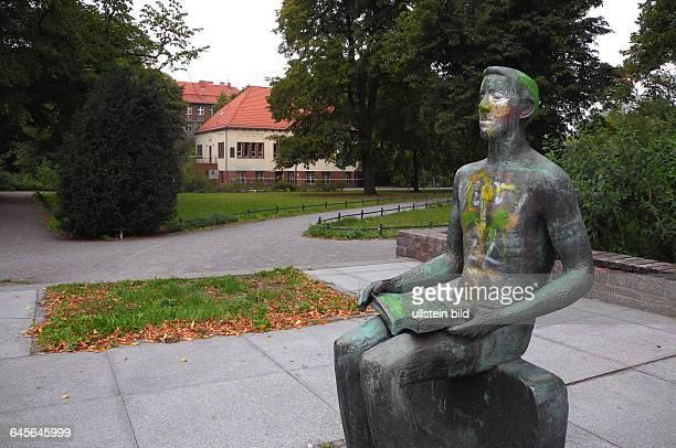 Diese kleine Parkanlage in Weissensee an der Pistoriusstrasse erhaelt nunnach fast zehn Jahre nach dem Tod des DDRWissenschaftler Historikerund...
