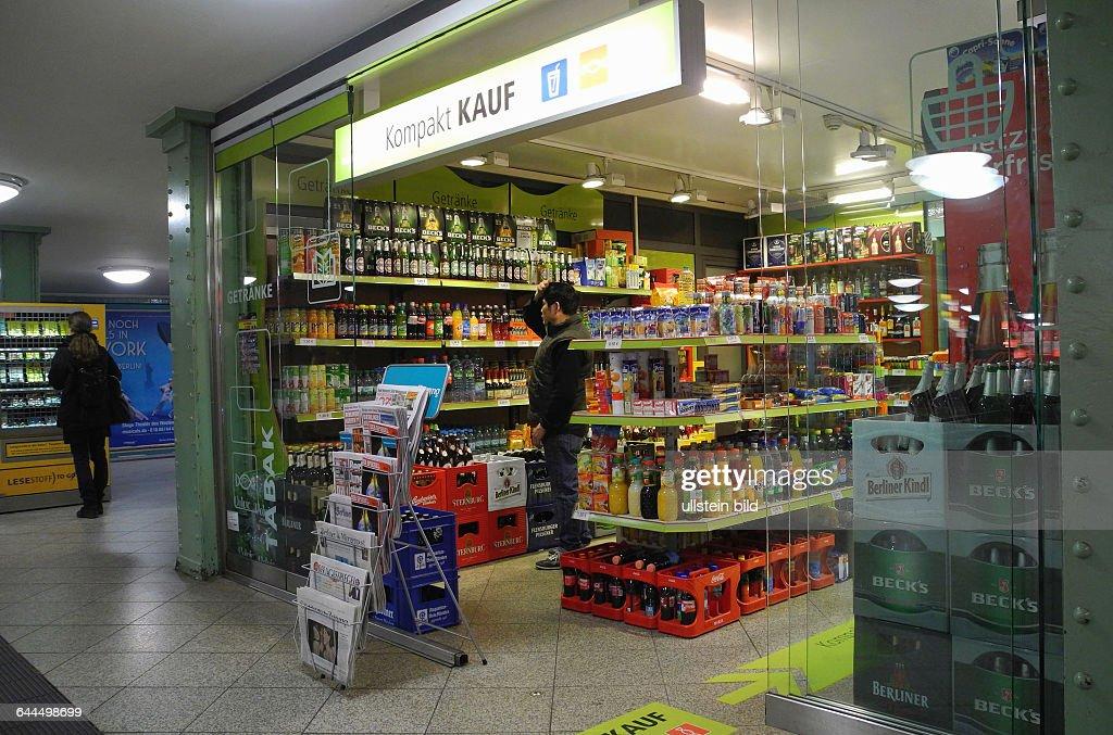 Dieser grosse Kompakt Kauf auf dem U8-Bahnsteig Alexanderplatz hat gerade neu eroeffnet, zuvor gab es hier nur ein kleines Angebot mitZeitschriften und Buecher.Die Touristen wird es an diesem Berliner Brennpunkt freuen, da kann : News Photo