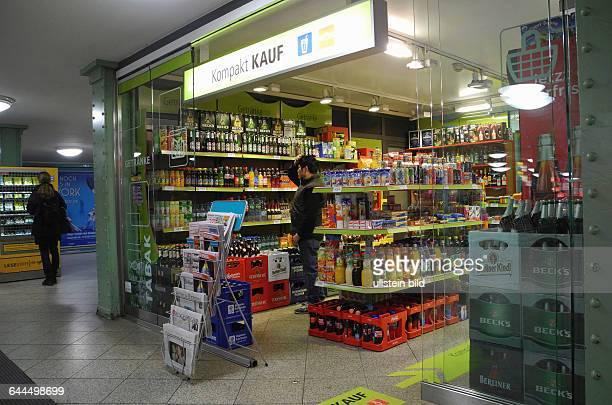 Dieser grosse Kompakt Kauf auf dem U8Bahnsteig Alexanderplatz hat gerade neu eroeffnet zuvor gab es hier nur ein kleines Angebot mitZeitschriften und...