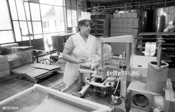 Dieser Königs Wusterhausener Milchverarbeitungsbetrieb kämpft in der Wendezeit um sein Überleben HO und Konsum wollen die Produkte aus dem Osten...