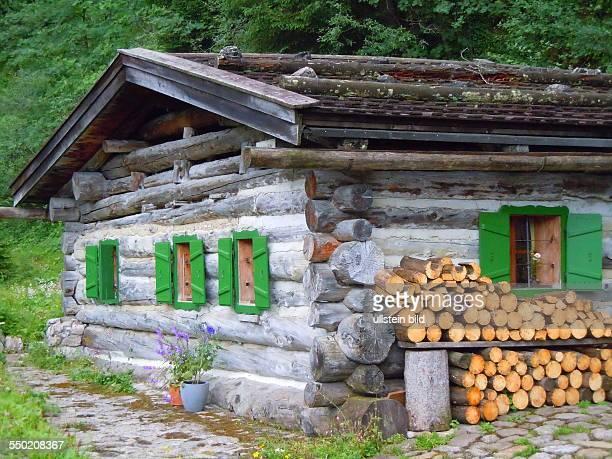 Dieses aus alten Baumstämmen gefügte Blockhaus steht neben der Bundesstraße über das Hahntennjoch in 1894 m Höhe Aufgenommen bei Imst am 30 Juli 2013