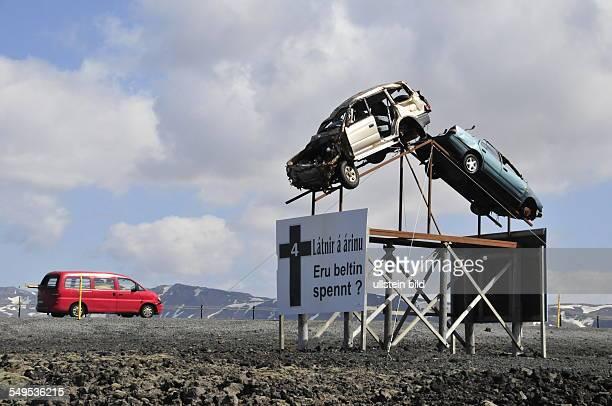 Dieses makabre Denkmal mit zwei Unfallfahrzeugen soll Autofahrer an der Ringstraße Nr. 1 an die vorgeschriebene Höchstgeschwindigkeit von 90 km/h und...
