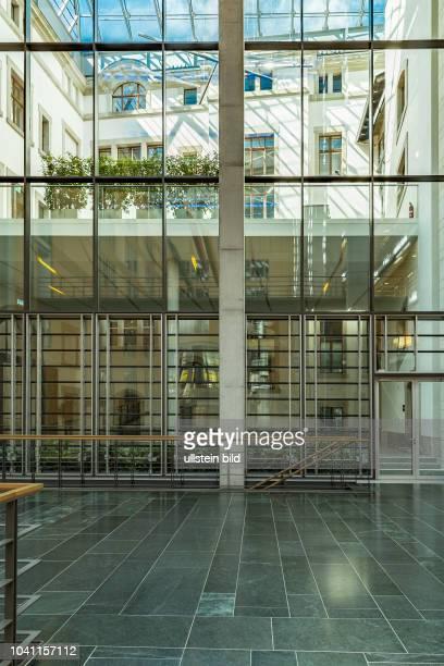 Dieses sind die ersten Eindruecke und Architektur wenn man den Eingang und Sicherheitsschleuse der Deutsche Parlamentarische Gesellschaft ueber die...