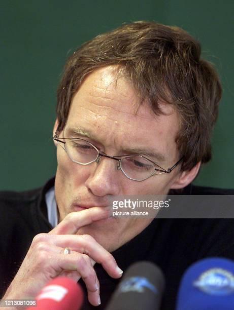 Dieter Baumann der 34jährige WeltklasseLäufer konzentriert sich am bei einer Pressekonferenz in Stuttgart Zuvor war bekannt geworden dass bei zwei...
