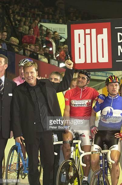 Dieter Bohlen Andreas Kappes Gerd Dörich RadRennfahrer '39 Bremer 6TageRennen' Bremen 'Bremer Stadthalle' beim Startschuss Rad Rennrad Fahrer...