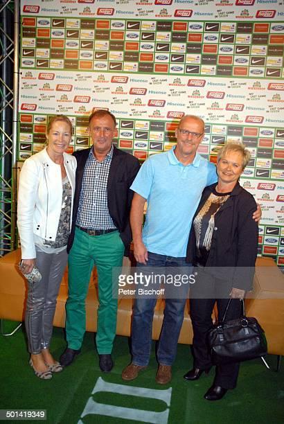 Dieter Burdenski mit Ehefrau und Thomas Schaaf mit Ehefrau Astrid SzeneLokal Chilli Club nach Abschiedsspiel für ExSV Werder BremenSpieler T o r s t...