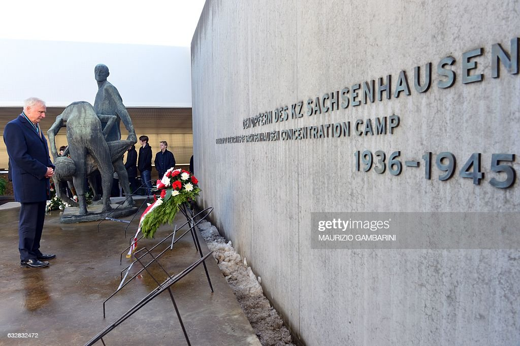 Dieter Dombrowski, vice-president of Brandenburg's parliament, lays down a wreath during a commemoration ceremony at the Sachsenhausen memorial on the grounds of a former Nazi concentration camp in Oranienburg near Berlin, on January 27, 2017, the International Holocaust Remembrance Day. / AFP / dpa / Maurizio Gambarini / Germany OUT