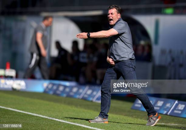 Dieter Hecking, head coach of Hamburg reacts during the Second Bundesliga match between 1. FC Heidenheim 1846 and Hamburger SV at Voith-Arena on June...