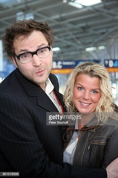 Dieter Tappert Mirja Boes Dreharbeiten zum RTLFilm Crazy Race 4 Flughafen Köln Deutschland Umarmung Halle Terminal Gebäude Schauspieler Komödiant...