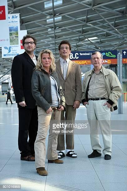 Dieter Tappert Mirja Boes Jan Sosniok Herbert Feuerstein Dreharbeiten zum RTLFilm Crazy Race 4 Flughafen Köln Deutschland Halle Terminal Gebäude...