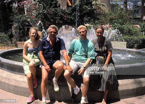 Dieter Thomas Heck Ehefrau Ragnhild Sohn Kim Tochter Saskia Ausflug zum Markt Plaza von Aguilas Spanien Europa Urlaub Springbrunnen WasserBrunnen...