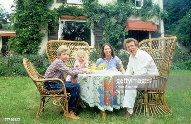 Dieter Thomas Heck Ehefrau Ragnhild Sohn Kim Tochter Saskia Homestory Saarbrücken Saarland Deutschland Europa Kind Familie Garten Gartenmöbel...
