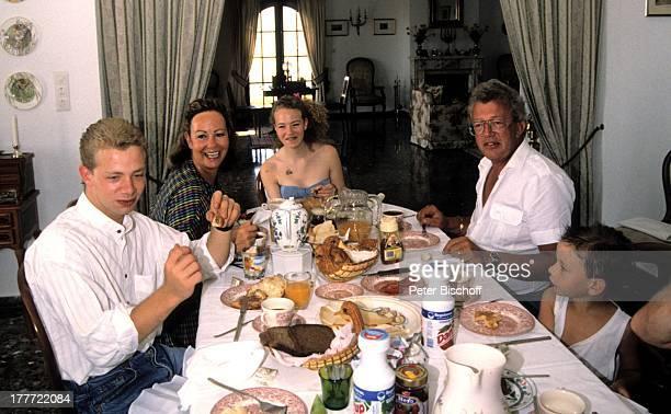 Dieter Thomas Heck Ehefrau Ragnhild Sohn Kim Tochter Saskia Urlaub Villa Casa Grande Spanien Europa Ferienhaus Frühstück Croissant Brötchen Brot...