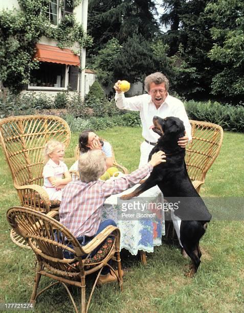 Dieter Thomas Heck Ehefrau Ragnhild Tochter Saskia Sohn Kim Rottweiler Henrik Homestory Saarbrücken Saarland Deutschland Europa Ball spielen Tier...