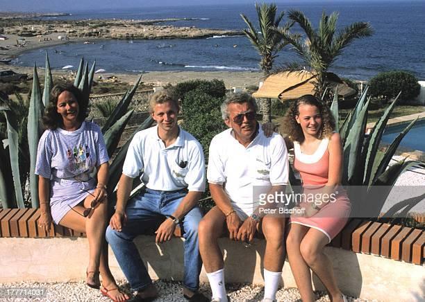 Dieter Thomas Heck Ehefrau Ragnhild Tochter Saskia Tochter Kim Urlaub Villa Casa Grande Calarbadina Spanien Europa Familie Ferienhaus Außenansicht...