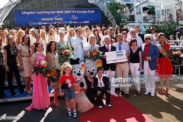 Dieter Thomas Heck erhielt von EuropaparkChef Roland Mack einen Scheck über 5000 Euro für seinen GritJordanVerein eV in Tallin Claudia KohdeKilsch...