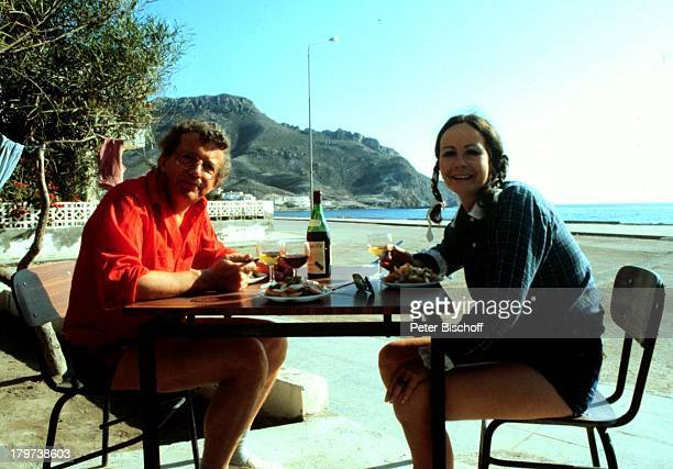 Dieter Thomas Heck mit Ehefrau Ragnhild, Spanien, Urlaub, Essen, Wasser, Meer, Wein, Glas, Getränk, trinken, Showmaster, Promis, Prominenter,...