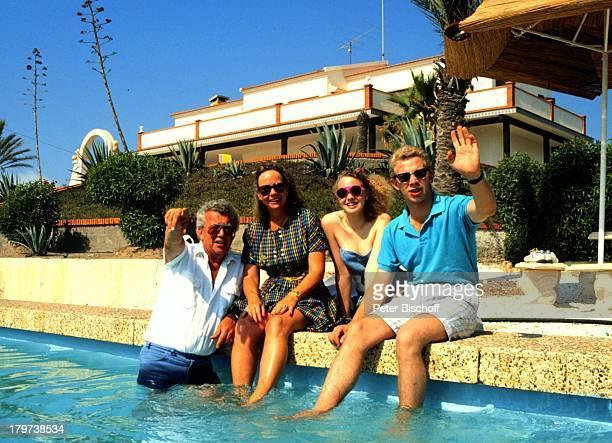 Dieter Thomas Heck mit Ehefrau Ragnhild Tochter Saskia Fee Isabell und Sohn Thomas Kim Spanien Urlaub SwimmingPool Sonnenbrille Kind Kinder Familie...