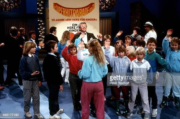 Dieter Thomas Heck mit Kindern ZDFShow 'SuperHitparade' am in der Ostseehalle in Kiel Deutschland