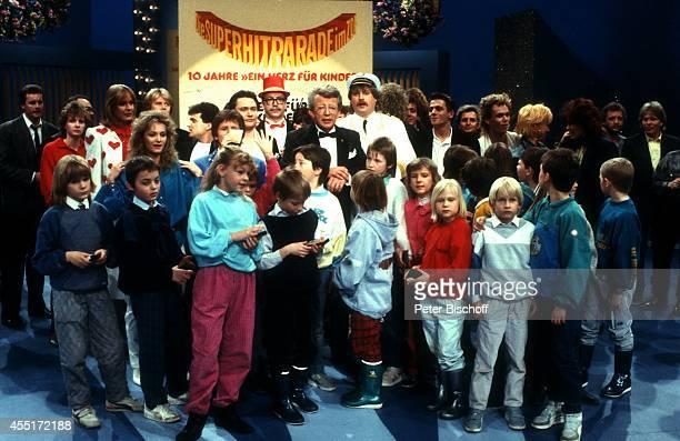 Dieter Thomas Heck mit Nicole Nino de Angelo GG Anderson Gottlieb Wendehals 'Klaus und Klaus' und Kindern ZDFShow 'SuperHitparade' am in der...
