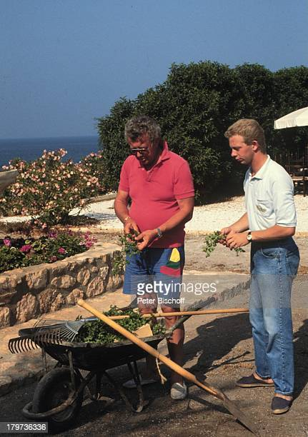 Dieter Thomas Heck mit Sohn KimCalabardina / Spanien 1990 Gartenarbeit