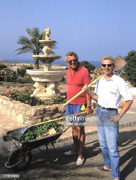 Dieter Thomas Heck Sohn Kim Urlaub Villa Casa Grande Calarbadina Spanien Europa Familie Ferienhaus Garten Gartenarbeit HobbyGärtner Harke Schubkarre...