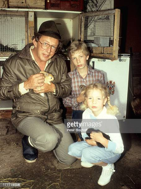 Dieter Thomas Heck Tochter Saskia Sohn Kim Homestory Saarbrücken Saarland Deutschland Europa Kind Kaninchenstall Stall Kaninchen Hasen Tier Tiere...