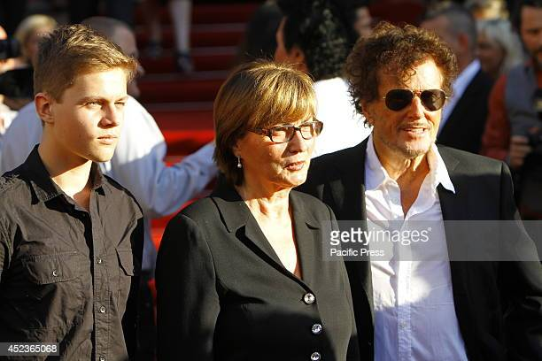 Dieter Wedel the director of the NibelungenFestspiele Worms poses with his son Benjamin and his partner Uschi Wolters for the cameras on the red...