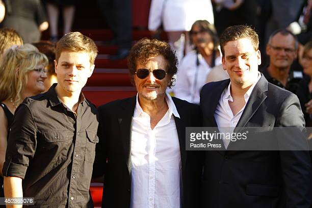 Dieter Wedel the director of the NibelungenFestspiele Worms poses with his two sons Benjamin and Dominik Elsner for the cameras on the red carpet...